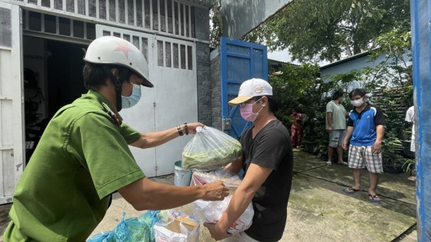 HCMC Police hands over hundreds of tons of rice, essential goods to needy people ảnh 13