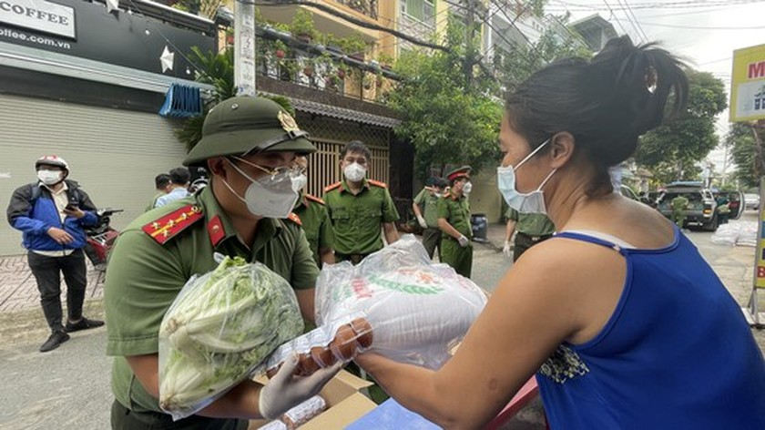 HCMC Police hands over hundreds of tons of rice, essential goods to needy people ảnh 14