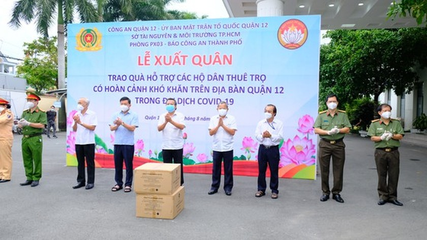 HCMC Police hands over hundreds of tons of rice, essential goods to needy people ảnh 1