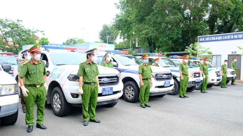 HCMC Police hands over hundreds of tons of rice, essential goods to needy people ảnh 2