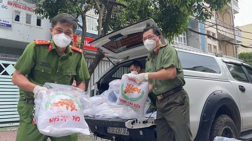 HCMC Police hands over hundreds of tons of rice, essential goods to needy people ảnh 3