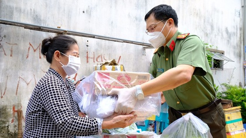 HCMC Police hands over hundreds of tons of rice, essential goods to needy people ảnh 4