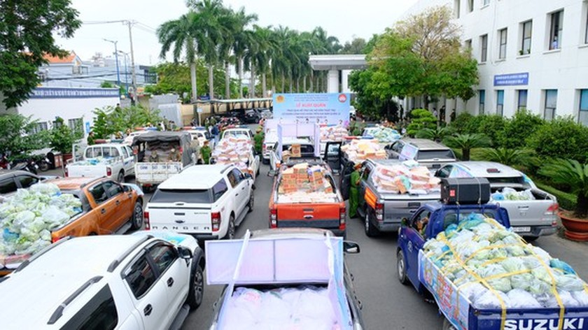 HCMC Police hands over hundreds of tons of rice, essential goods to needy people ảnh 5
