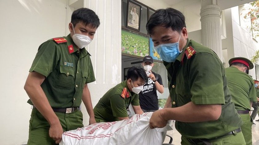 HCMC Police hands over hundreds of tons of rice, essential goods to needy people ảnh 6