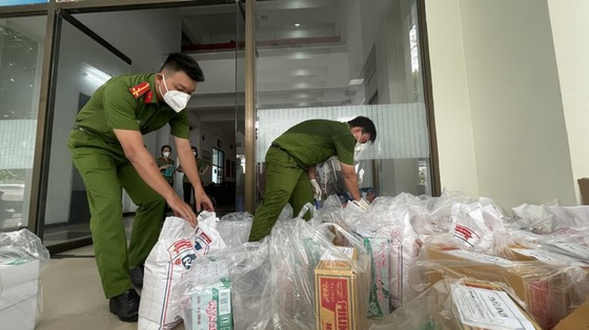 HCMC Police hands over hundreds of tons of rice, essential goods to needy people ảnh 7