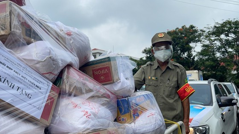 HCMC Police hands over hundreds of tons of rice, essential goods to needy people ảnh 8