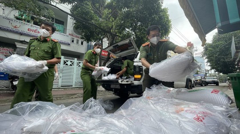 HCMC Police hands over hundreds of tons of rice, essential goods to needy people ảnh 9