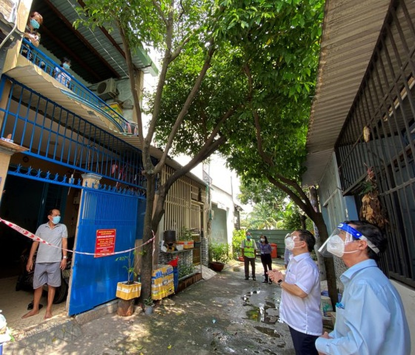 HCMC's Vice chairman inspects home isolation for asymptomatic cases in Hoc Mon ảnh 5