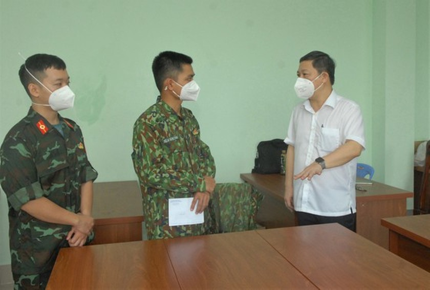 HCMC's Vice chairman inspects home isolation for asymptomatic cases in Hoc Mon ảnh 6