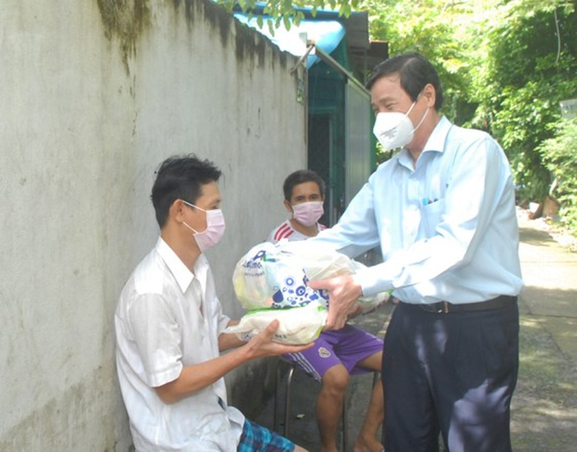 HCMC's Vice chairman inspects home isolation for asymptomatic cases in Hoc Mon ảnh 3