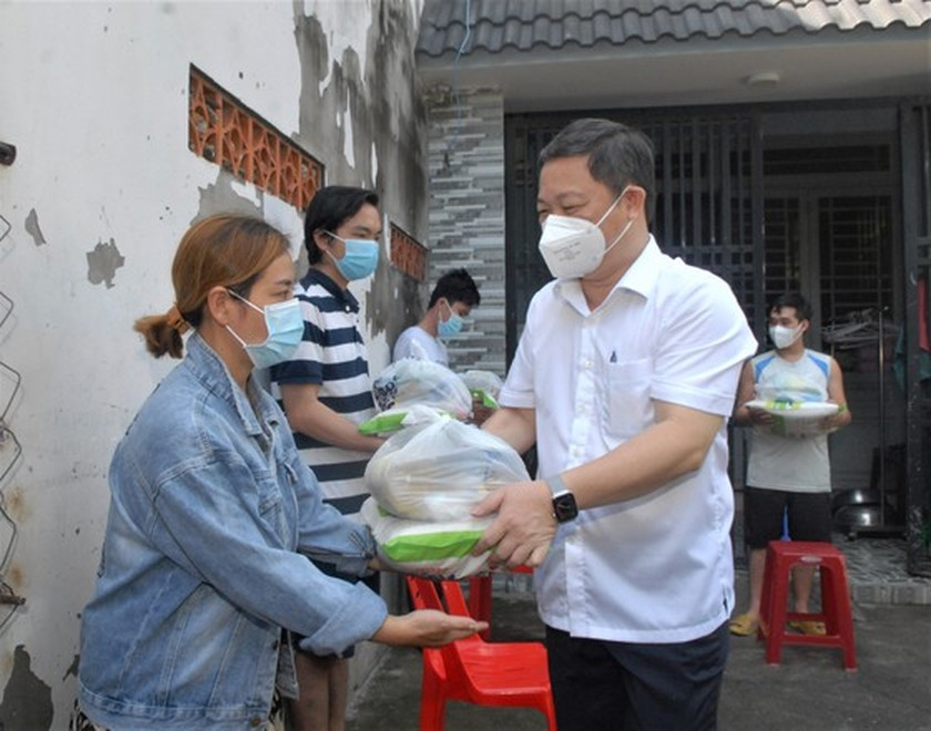 HCMC's Vice chairman inspects home isolation for asymptomatic cases in Hoc Mon ảnh 1