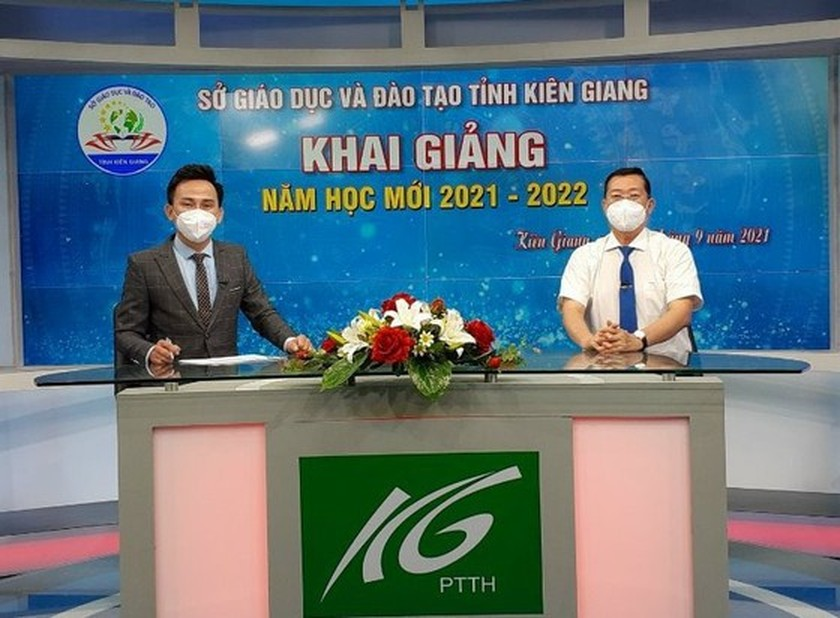 New academic year in full distance learning begins across country amid pandemic ảnh 24