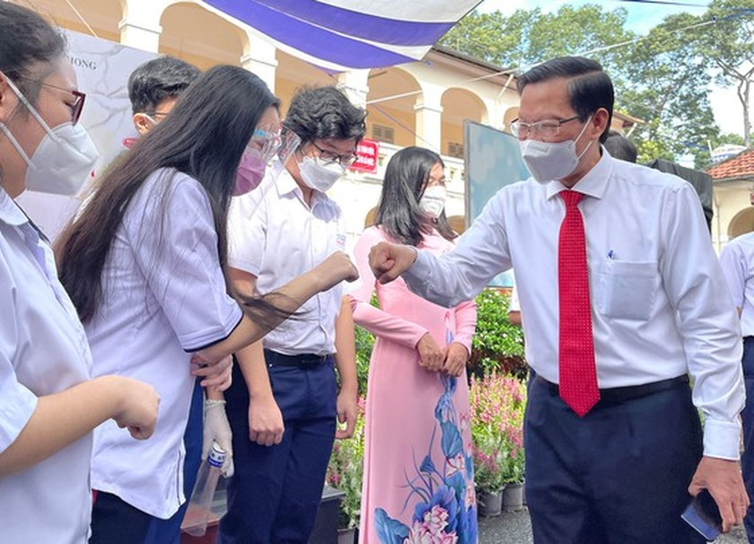 New academic year in full distance learning begins across country amid pandemic ảnh 6