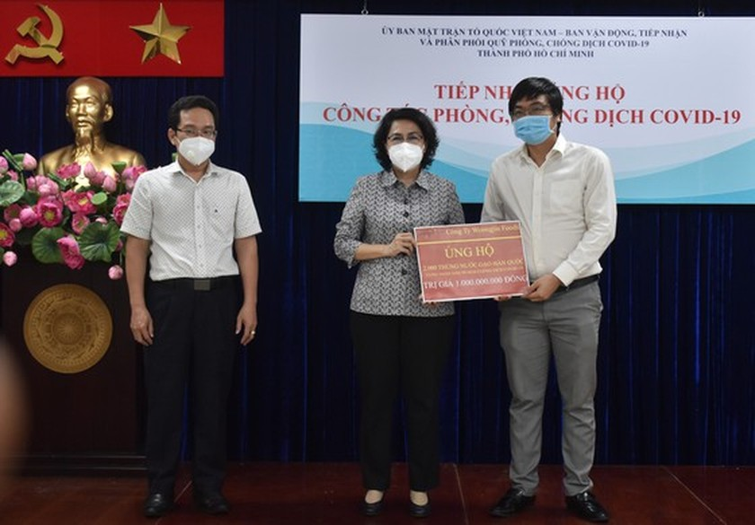 Organizations, businesses donate to HCMC for Covid-19 fight ảnh 2