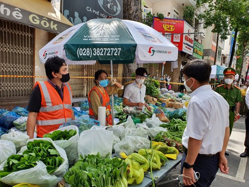 HCMC: District 5 people directly shop for food at field market ảnh 2