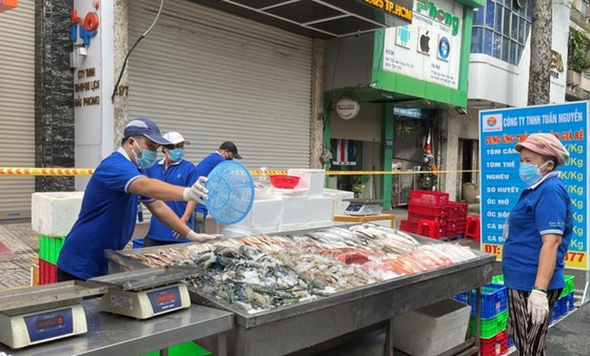 HCMC: District 5 people directly shop for food at field market ảnh 3