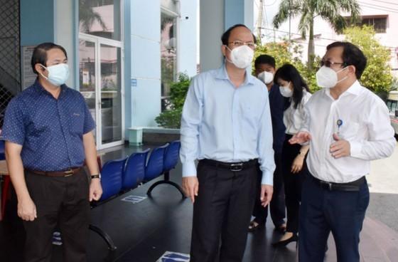 Deputy Party Secretary of HCMC visits, presents gifts to health clinics  ảnh 4
