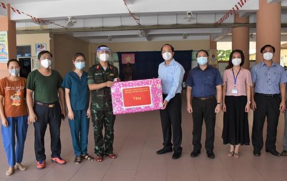 Deputy Party Secretary of HCMC visits, presents gifts to health clinics  ảnh 3