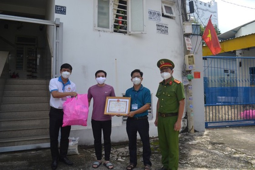 Kind-hearted persons share their Covid-19 support to poorer ones ảnh 2