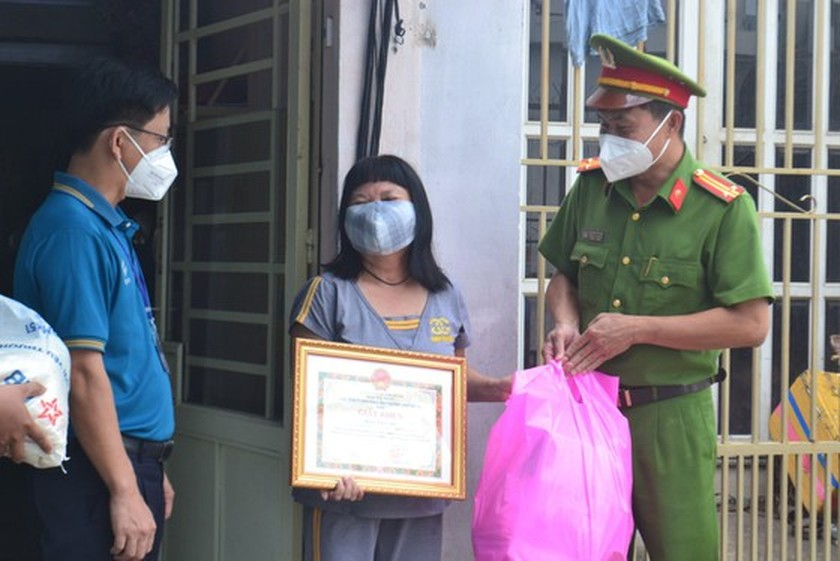 Kind-hearted persons share their Covid-19 support to poorer ones ảnh 3