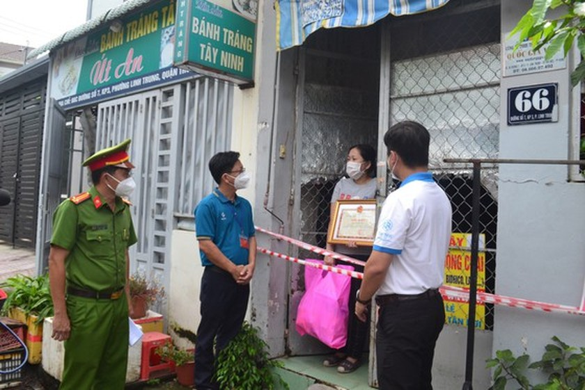 Kind-hearted persons share their Covid-19 support to poorer ones ảnh 1