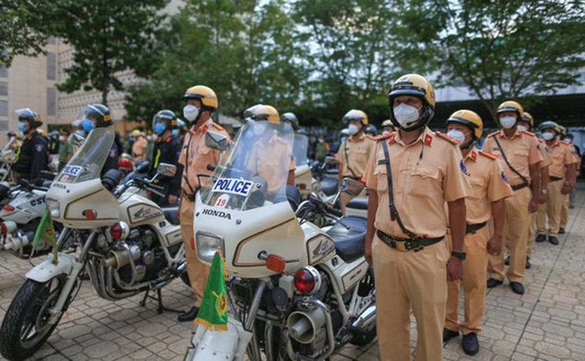 HCMC police launch campaign against criminals after restriction ease ảnh 5