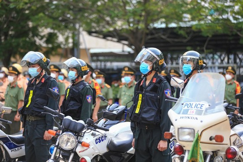 HCMC police launch campaign against criminals after restriction ease ảnh 6