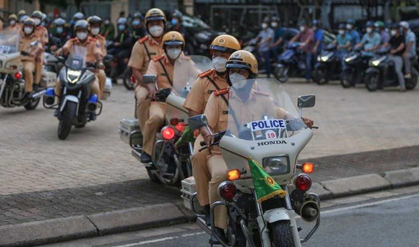 HCMC police launch campaign against criminals after restriction ease ảnh 9