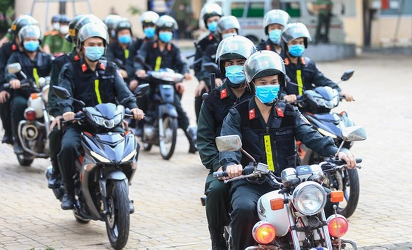 HCMC police launch campaign against criminals after restriction ease ảnh 10